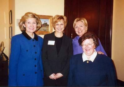 USA:n naissenaattoreita tapaamassa helmikuussa 2002, emäntänä New Yorkin senaattori Hillary Clinton