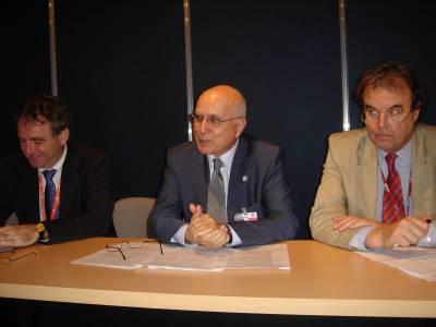 Kuvassa on Hollannin ympäristöministeri, silloisen EU-puheenjohtajan edustaja, ympäristökomissaari Stavros Dimas ja parlamentin ympäristövaliokunnan puheenjohtaja Karl-Heinz Florenz.