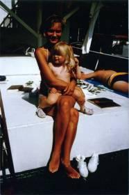 Joskus kesällä -86 kun otsonikatoa ei ymmärretty vielä kauhistella. Äiti ja Reeta.