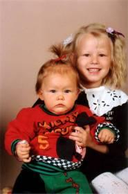 Ylpeä isosisko ja Raakel vuonna 1989
