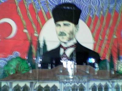 No mutta kukas se siinä on? Mustafa Kemal Ataturk luuraa joka rakennuksen seinässä.