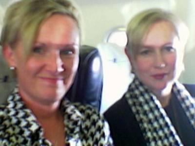Näitä naisia yhdistää paitsi blondius ja kukonaskelkuosi, myös tietoisuus siitä mitä veressä on. Rosqvist ja Korpela.
