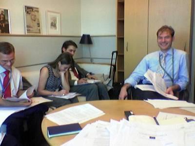 Britannian ja Itävallan pj-sihteeristön virkamiehet tulivat työhuoneelleni neuvottelemaan kanssani Århusin sopimuksesta