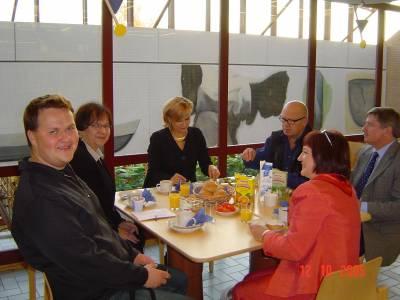 Radiohaastattelun jälkeen meinimme Kajaanin kirjastoon aamupalalle. Ja meppi sai taas kahvia juodakseen.