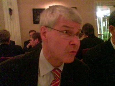 Henrik Lax on hauskempaa pöytäseuraa kuin arvasinkaan. Kieliä hän puhuu kuin svengaava hirvi. Illan lopuksi hän kiitti Varhaissuomalaisia - ja sai varmaan paljon äänestäjiä.