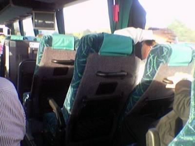 Bussissa. Seppäsen selkä vasemmalla, Väyrynen oikealla, kuinkas muuten.