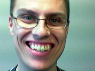 Lupasin kerran laittaa sivuilleni hammaskohtaisen vertailukuvan Alexista ja minusta: kummalla näkyy hirnuessa enemmän hampaita. Tästä voi laskea Alexin kalut...