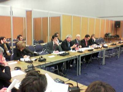 Kuvan keskipaikkeilla puheenjohtajamaa Britannian edustaja puhuu käsillään ja briefaa meitä, oikealla hänestä komissaari Stavros Dimas.