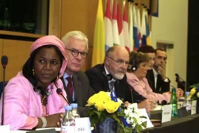 Palkitut EPP-ryhmän vieraana. Vasemmalta Hauwa Ibrahim, ryhmän puheenjohtaja Hans-Gert Pöttering, ryhmän pääsihteeri Nils Pedersen sekä Toimittajat ilman rajoja. Kuubalaisnaisten ryhmä ei päässyt maasta pois hakemaan palkintoaan. (kuva: Euroopan parlamentti)