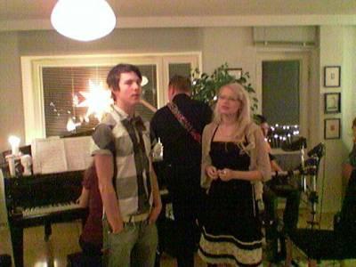 Pari päivää ennen joulua vietimme joulujuhlaa ja houseband syntyi juhlaväestä. Koskettimissa Maria Ilmoniemi, rummuissa J Salonen, bassossa Marko Ahtisaari, laulu Olavi Uusivirta ja Reetaleena.