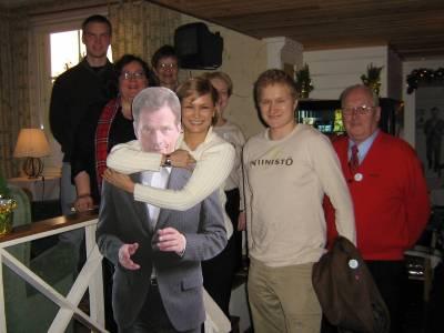 Hotellin respassa seisoi pahvi-Sauli, ja kyllähän kaikki tietävät mitä sille tehdään. Kuvassa ylhäällä vasemmalla Heikki Autto, lupaava nuori poliitikko Muoniosta. Hänet tunnetaan jo eurovaaleista, mutta varsinkin tulevista eduskuntavaaleista, ennustan.Niinistöpaita päällään kahvilan isäntä Tuomas Nousiainen.