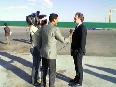 Televisiokamerat seurasivat matkaamme koko ajan. Tässä käymme tutustumassa Laayonin satamaan. Haastateltavana James Reimer Kanadasta.