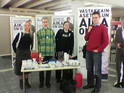 Opiskelijoita Niinistö-ständillä Oulun yliopistossa