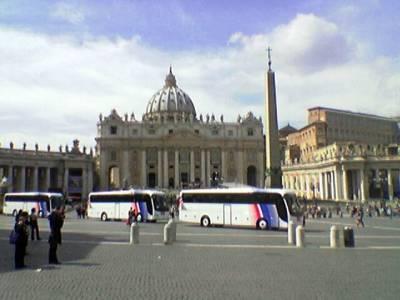 Bussilasteittain meppejä palaamassa paavin autuuttamina