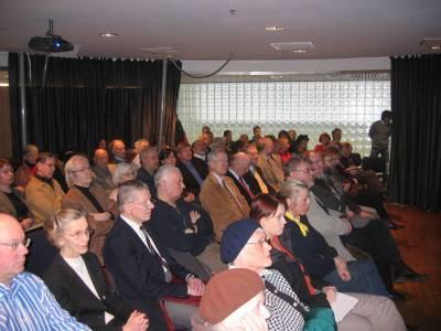 Eduskunnan kansalaisinfotila oli tupaten täynnä ja yleisökysymyksillä ei ollut loppua