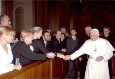 Pääsin perjantain La Gaceta-lehden kanteen kun mepit vierailivat paavia tapaamassa. Minä ja paavi olemme porukan valkoiset.