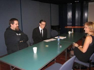 """""""Prep-talk"""". Lämpiössä André Wickströmin ja Stan Saanilan kanssa nuotittamassa illan haastattelun kulku."""
