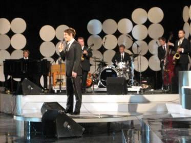 Musiikista ja yleisön naurattamisesta vastasi Mikko, taustanaan loistava Sami Pitkämäen johtama bändi.