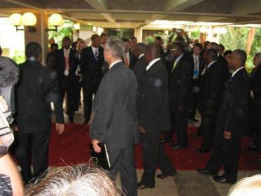 Silloinen YK:n pääsihteeri Kofi Annan saapui näyttävästi turvamiesten ohjaamana kokousalueelle. Kofi kuvassa keskellä.