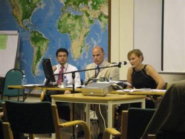 """Kokouksen yhteydessä järjestetään aina viljalti myös oheistapahtumia.  Eija-Riitta toimi puheenjohtajana ydinvoimajärjestöjen tapahtumassa, jossa aiheena oli """"Päästöttömät ja vähäpäästöiset energiateknologiat Annex I & Non-annex I maissa- osana ratkaisua""""."""
