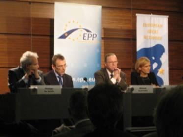 EPP- puolueen puheenjohtaja Wilfried Martens on kovan luokan poliitikko ja valtiomies, hän on mm. Belgian entinen pitkäaikainen pääministeri.