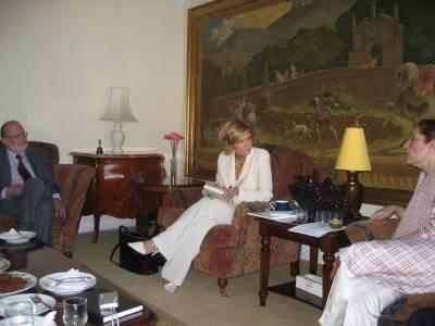 Kuka hullu otti tämän kuvan? Bhutto oikealla, mutta tuskin näkyy.